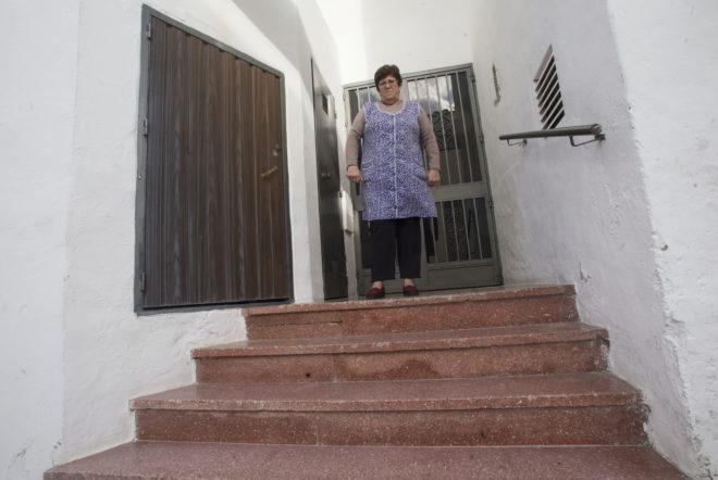Araceli Baltanás, la madre de la discapacita, ante los cuatro escalones que la separan de la calle.