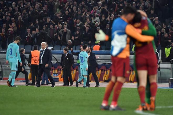 Leo Messi y Gerard Piqué abandonan, cabizbajos, el Olímpico de Roma...