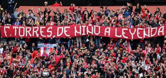 El público mostró una pancarta de homenaje a Torres.