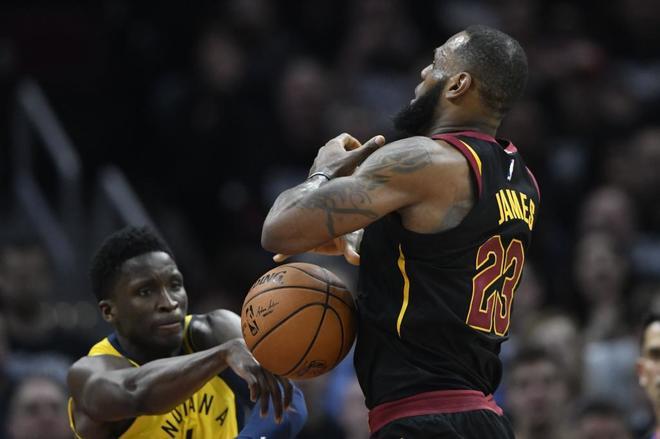 Victor Oladipo pelea un balón con LeBron James en el primer partido de playoffs.