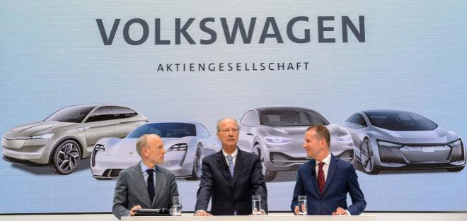 Herbert Diess, presidente del Grupo Volkwagen (d), junto al presidente de la Junta de Supervisión del Grupo Volkswagen, Hans Dieter Poetsch, y el jefe de comunicaciones de la marca, Peik von Bestenboste
