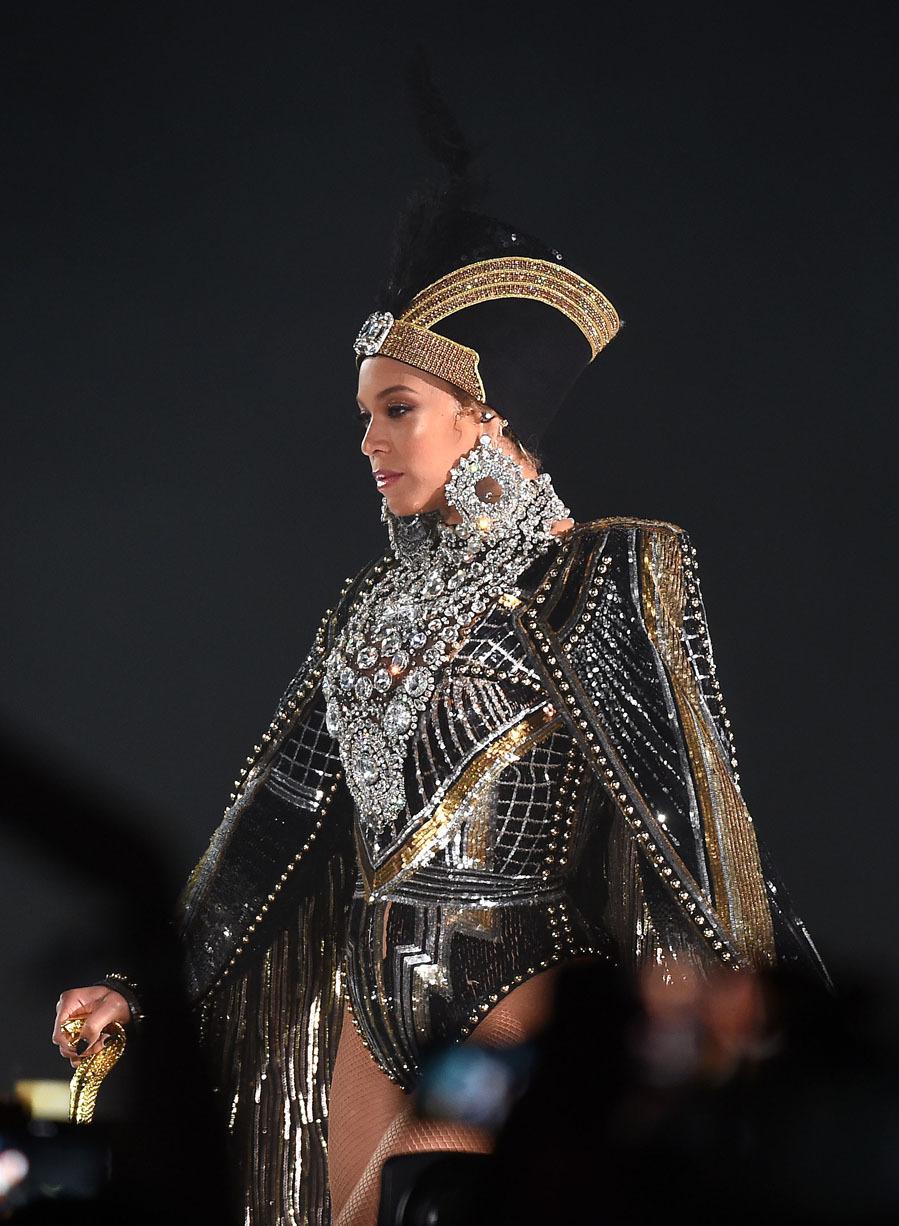 Beyoncé abrió el concierto con un look de diosa egipcia firmado por...