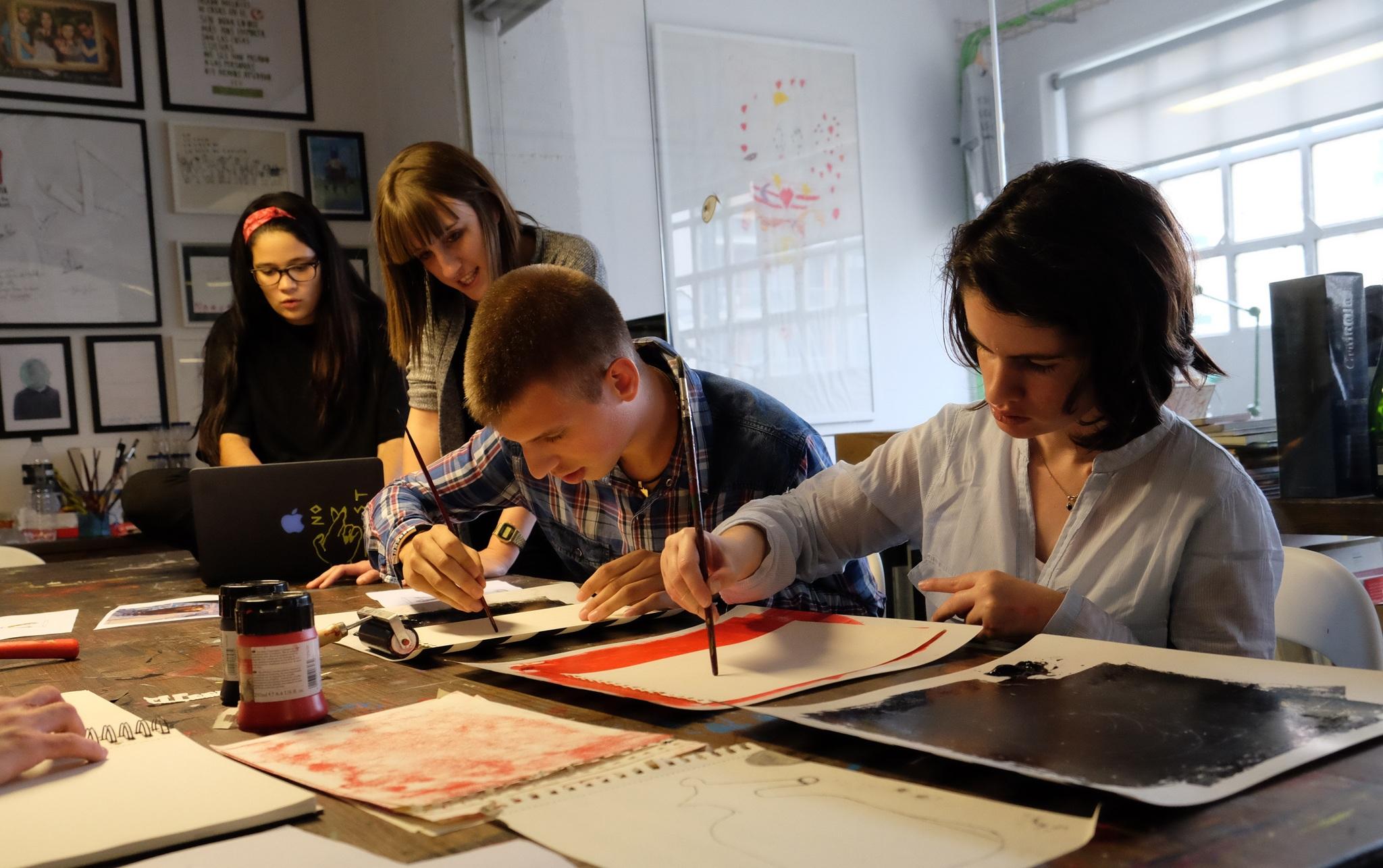 Parte del equipo del estudio de diseño trabajando en sus proyectos.