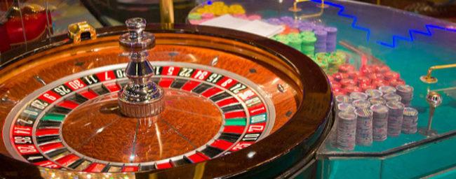 Un hacker roba en un casino colándose a través de una pecera
