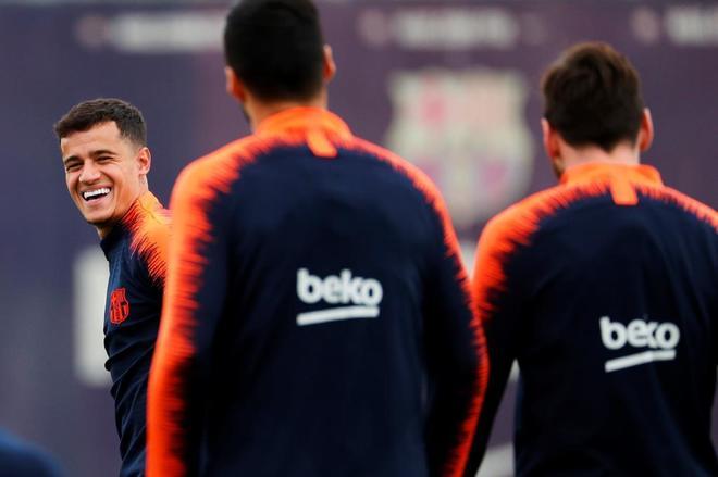 Coutinho, el fichaje más caro de la historia del Barça, ante Luis Suárez y Messi.