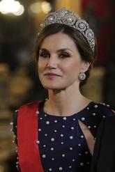 Es la primera vez que la Reina Letizia luce esta tiara, quizás en...