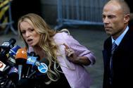 La actriz Stormy Daniels y su abogado Michael Avenatti, este lunes en Nueva York.