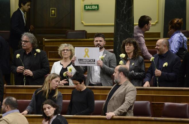 Los diputados independentistas en el Congreso con Rufián en el centro con el cartel
