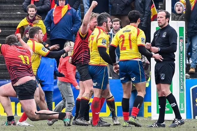 Los jugadores de España protestan al árbitro durante el partido en Bélgica.