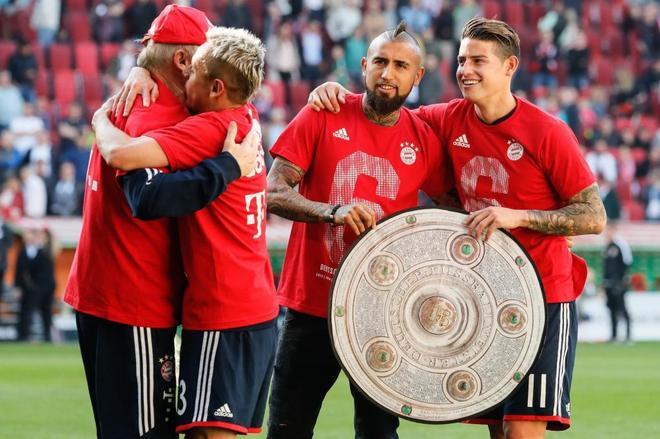 James y Vidal celebran la Bundesliga, hace unos días.