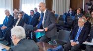 Manuel Chaves se levanta de su asiento para acercarse al estrado el día de su declaración.