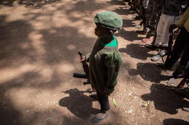 Un niño soldado en la ceremonia de desmovilización en Yambio (Sudán del Sur).