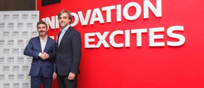 Xavier Gangonells, director de AED (i) y Manuel Burdiel, director de ventas de Nissan Iberia.