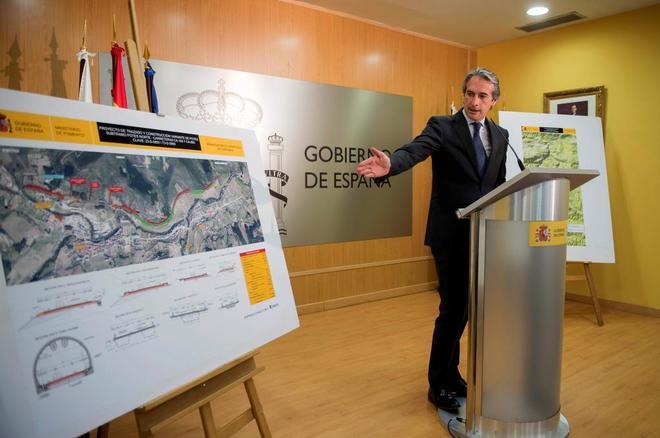 El ministro de Fomento, Íñigo de la Serna, presenta ayer la ampliación de una autopista en Santander.