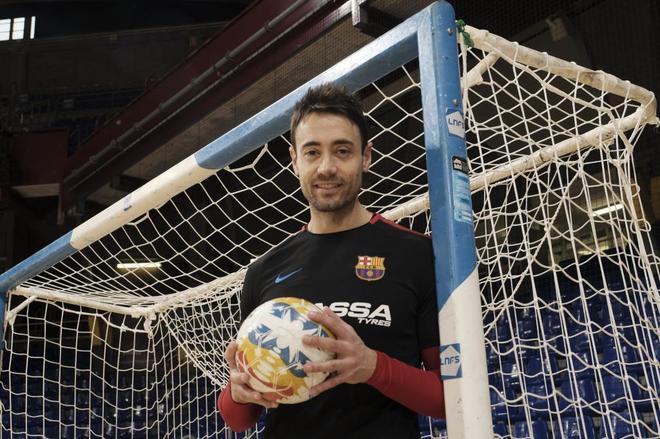 El portero del FC Barcelona de fútbol sala Paco Sedano posa para El...