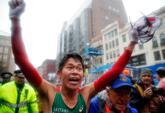 Yuki Kawauchi celebra su victoria en el maratón de Boston.