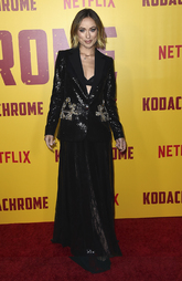 La actriz escogió un total look en negro firmado por Elie Saab.