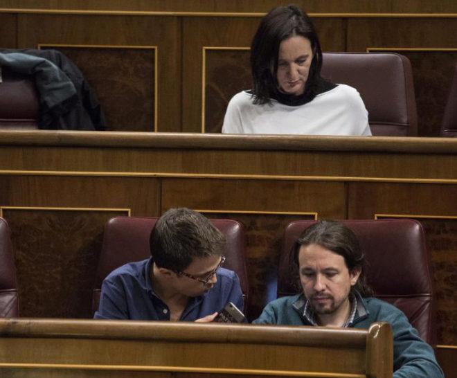 Carolina Bescansa, Íñigo Errejón y Pablo Iglesias, en un Pleno del Congreso.