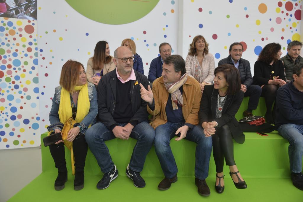 La alcalde de Calella, Montserrta Candini, el portavoz de Junts per Catalunya, Eduard Pujol y el portavoz del PNV en el Congreso, Aitor Esteban, en el Aberri Eguna