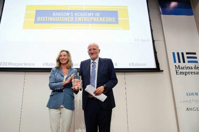 La presidenta de Babson College, Kerry Healey, entrega el reconocimiento al empresario Juan Roig.