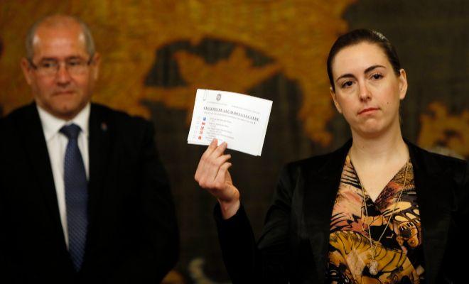 Nerea Belmonte muestra su voto en blanco en el pleno de investidura a la alcaldía de Alicante.