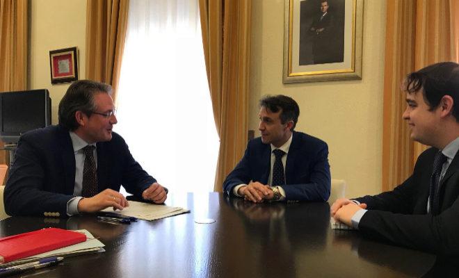El subdelegado del Gobierno, David Barelles, junto al presidente de Fepac-asaja, José Vicente Guinot.