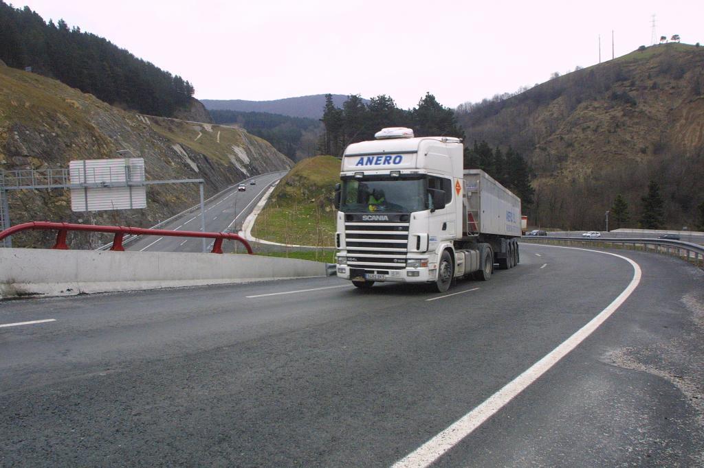 Un camión circula por Etxegarate.