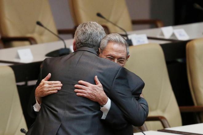 Raúl Castro abraza al recién elegido presidente cubano, Miguel Díaz-Canel.