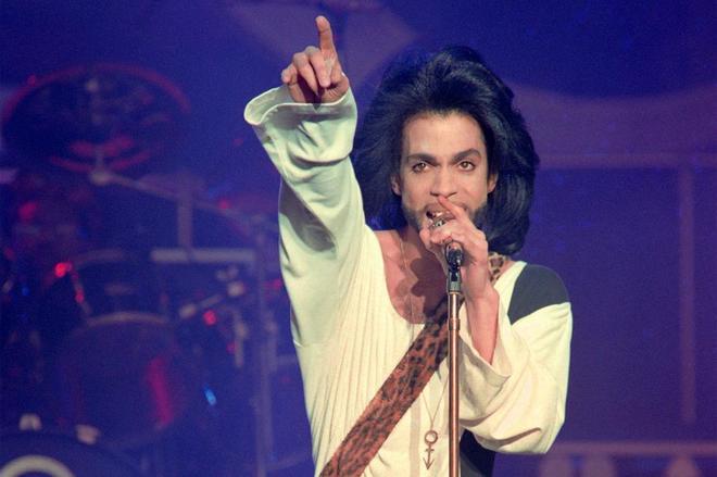 Prince, durante una actuación en el Parque de los Príncipes de París en 1990.