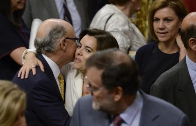 Montoro y Sáenz de Santamaría se saludan, ante la mirada de Rajoy y...