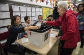 Una mujer vota en un colegio de Barcelona durante el referéndum...