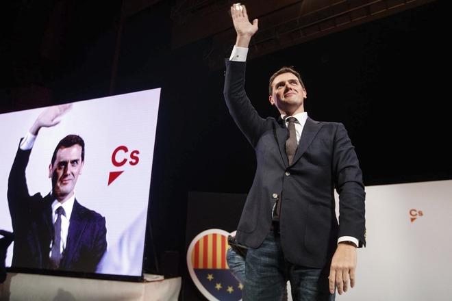 Albert Rivera, presidente de Ciudadanos, saluda al público durante un...