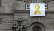 Un lazo amarillo cuelga de un balcón del Ayuntamiento de Barcelona.
