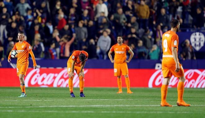 Los jugadores del Málaga, tras caer derrotados ante el Levante.