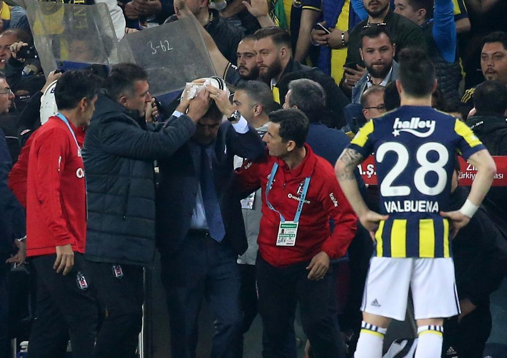 Una roja a Pepe desata el caos en Estambul: abren la cabeza al técnico del Besiktas y derbi suspendido