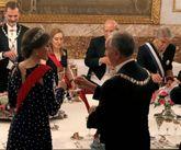 A Doña Letizia se le desabrochó el vestido en el brindis