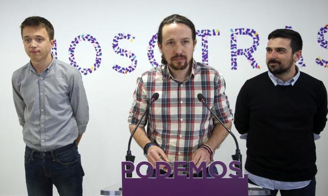 Íñigo Errejón, Pablo Iglesias y Ramón Espinar, ayer, en la sede de Podemos en Princesa.