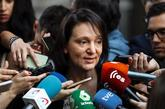 Carolina Bescansa, rodeada de periodistas el miércoles, en el...