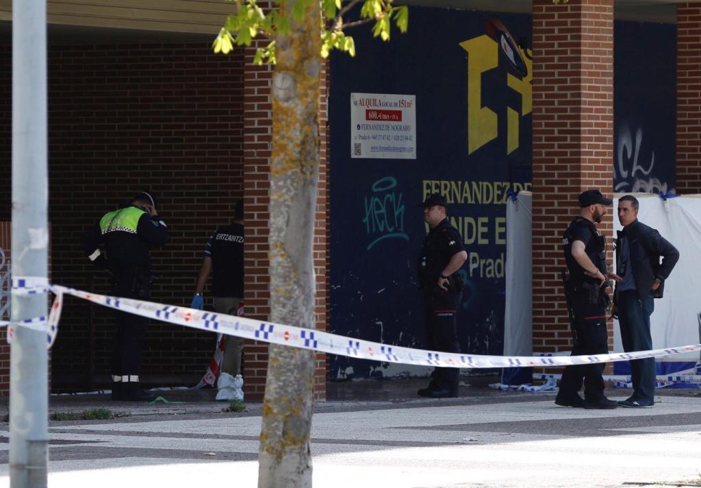 Policías en el acceso a la vivienda donde se produjo el doble asesinato.