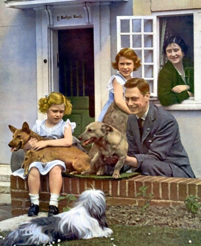 La familia real británica siempre ha tenido mascotas caninas. En la imagen, el primer posado de Jorge VI como rey, junto a su mujer, la reina madre, a sus hijas y sus perros.