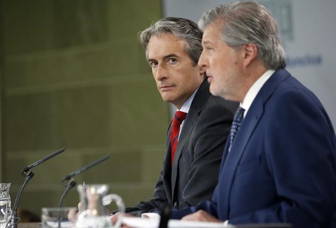 El ministro de Fomento, Íñigo de la Serna, comparece ayer tras la celebración del Consejo de Ministros.