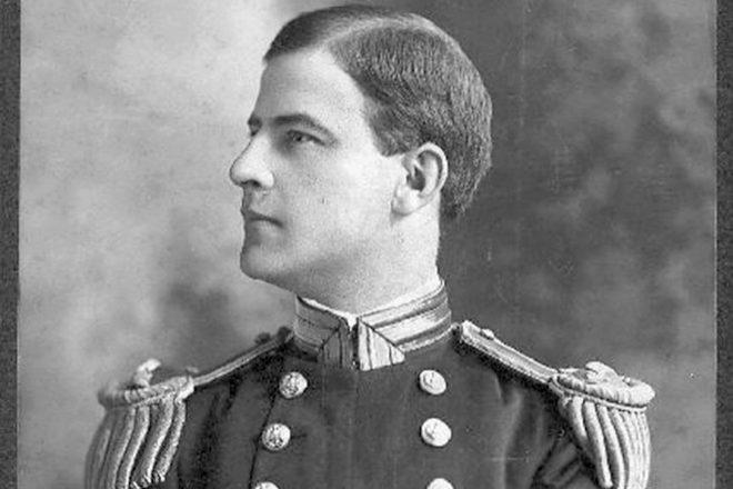 El almirante Cervera, entonces treintañero, posa para una foto.