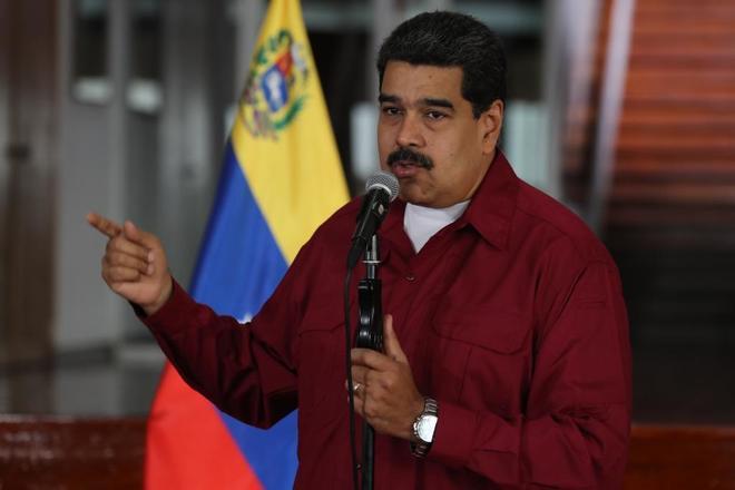 Maduro, en rueda de prensa en el aeropuerto Simón Bolívar, a punto...