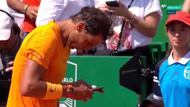 Rafa Nadal envía un WhatsApp a Carlos Moyà.