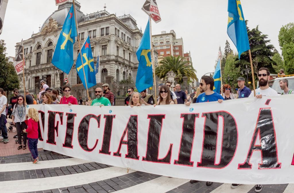 Manifestantes con banderas asturianas a las que se ha incorporado una estrella roja independentista, ante la Junta General del Principado.