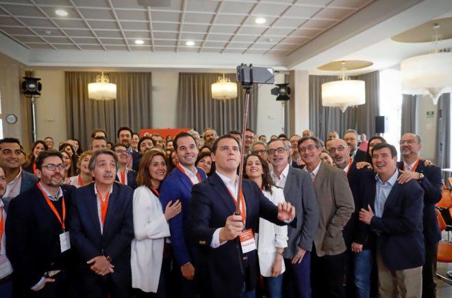 Albert Rivera hace un 'selfie' en el primer encuentro nacional de...