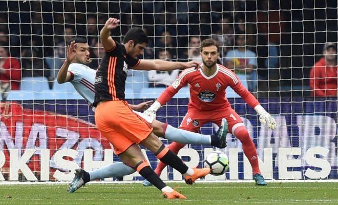 Guedes golpea el balón frente al portero del Celta, Sergio Álvarez.