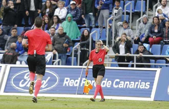 Suspenden 15 minutos el Tenerife-Huesca tras el impacto de una moneda en una asistente