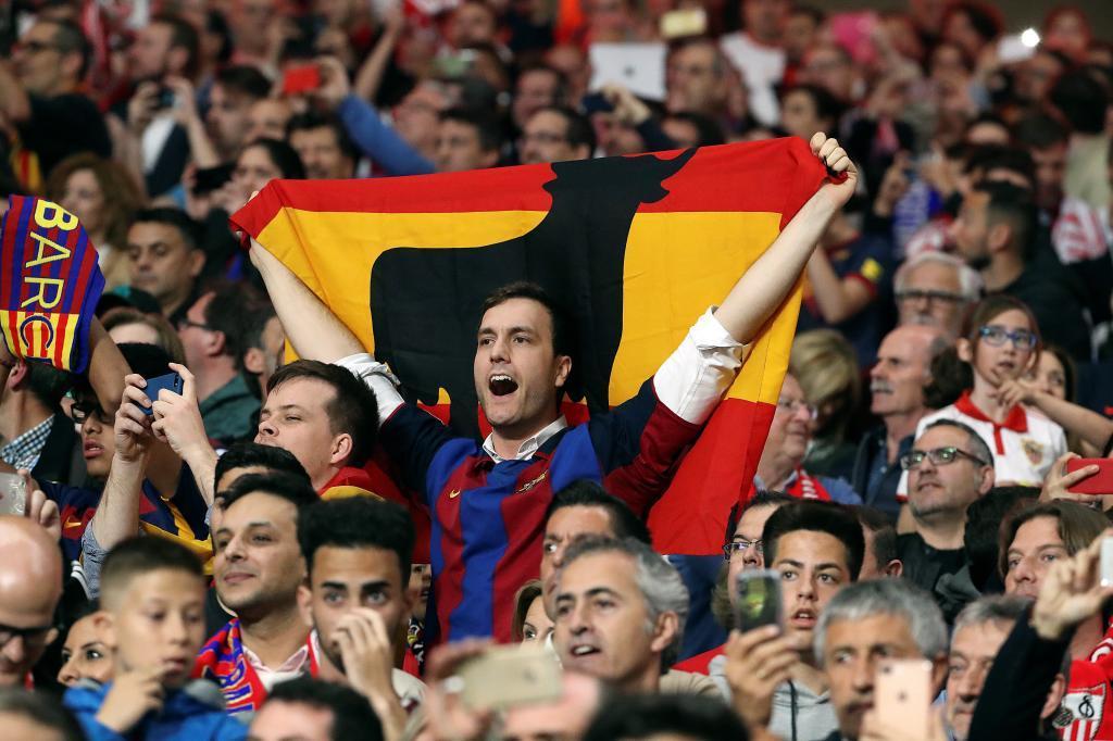 Un aficionado del Barcelona en las gradas del estadio.