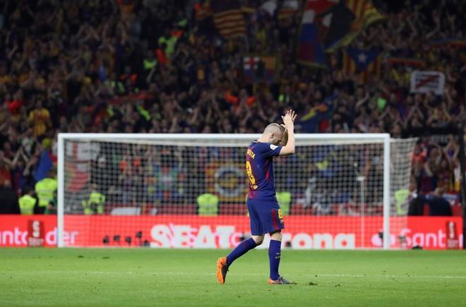 Iniesta aplaude a los aficionados en el momento de ser sustituido en la final ante el Sevilla.